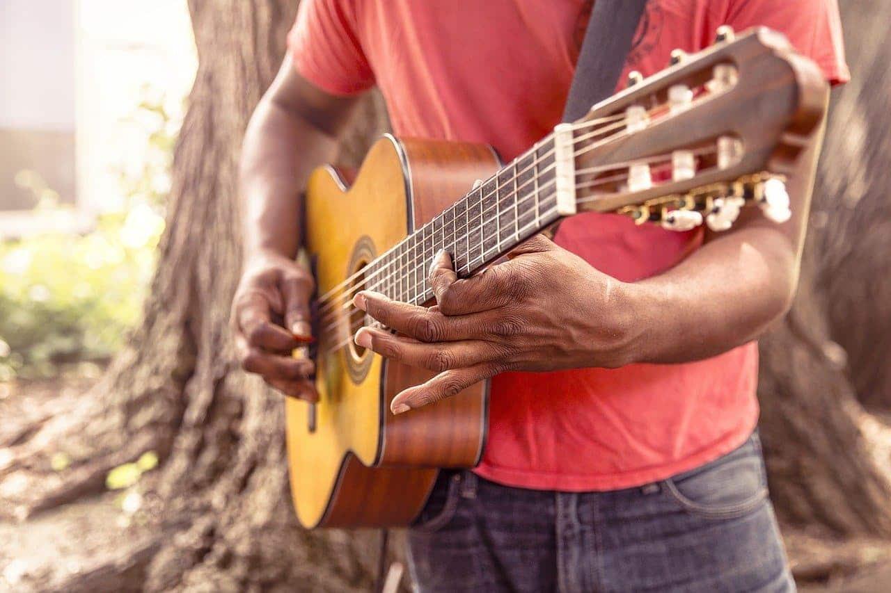 Quel est le bon âge pour commencer à apprendre la guitare?